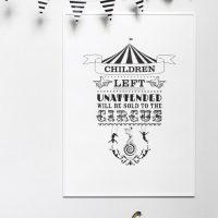 Poster met tekst in zwart wit voor kleine en grote circus fans
